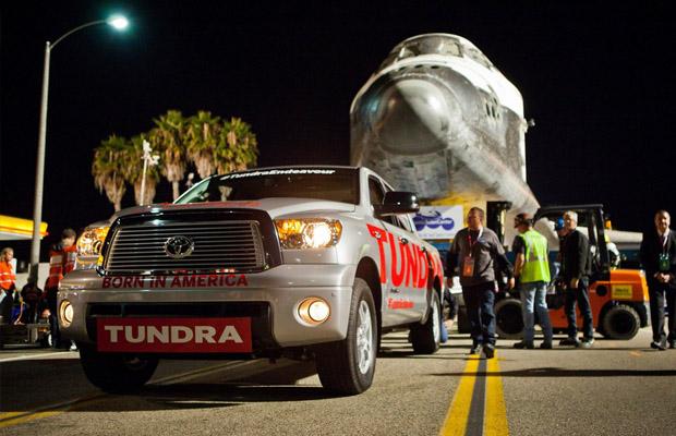 Toyota Tundra trekt de Endeavour Shuttle naar de Expo.