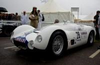 Sir Stirling Moss reed de Maserati Birdcage Tipo 61 Camoradi racing team op de Goodwood Revival 2012.