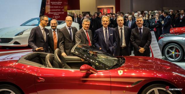 Het Ferrari team op de Autosalon Geneve 2014. Op de achtergrond de executives van FCA (Fiat Chrysler Automobiles).