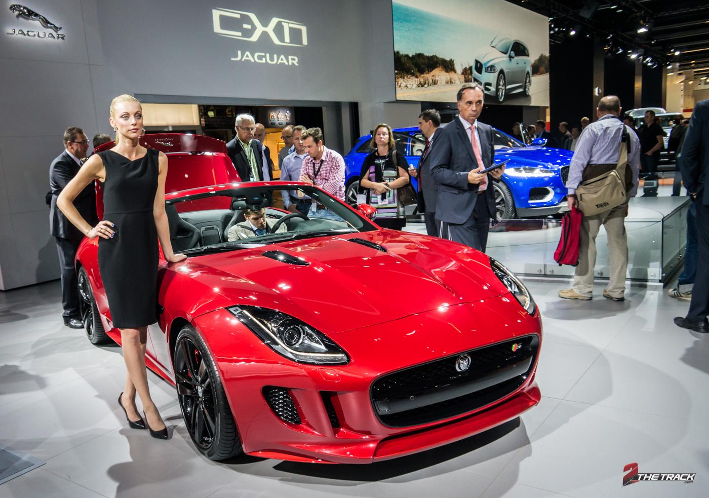 Dankzij de nieuwe F-Type kan niemand meer om het moderne Jaguar heen. Het Crossover SUV model F-Pace, laat waarschijnlijk nog even op zich wachten.