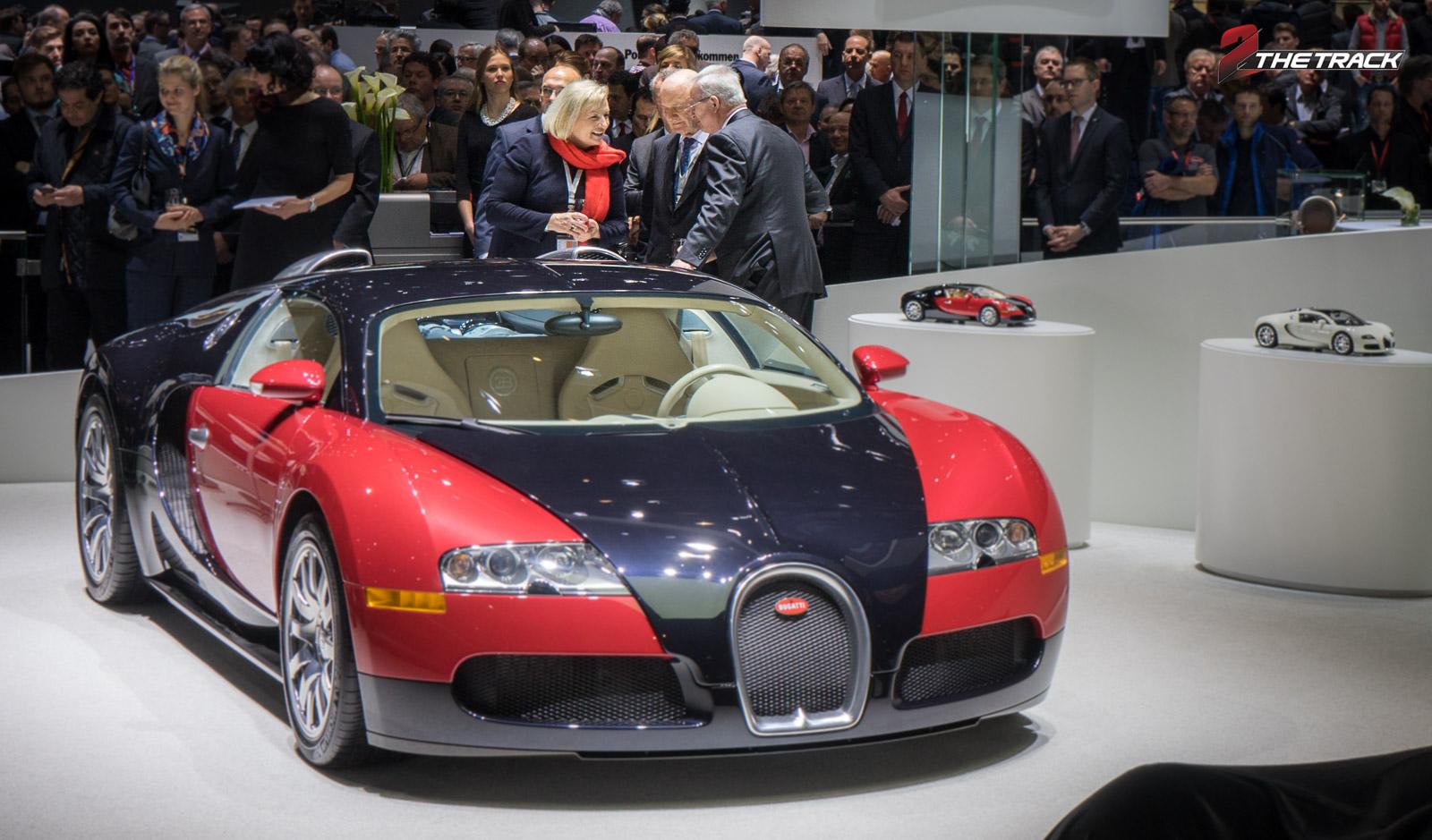 Ferdinand Piëch samen met zijn vrouw Ursula in gesprek met Martin Winterkorn bij de (eerst gebouwde) Bugatti Veyron op de Autosalon Genève 2015.