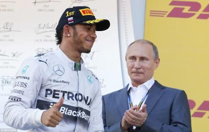 De Formule 1 race in Sotsji was eigenlijk de grote Vladimir Poetin show. Op het podium werd hij volkomen genegeerd door winnaar Lewis Hamilton.